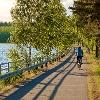 Pyöräilyreitti kulkee järven varrella