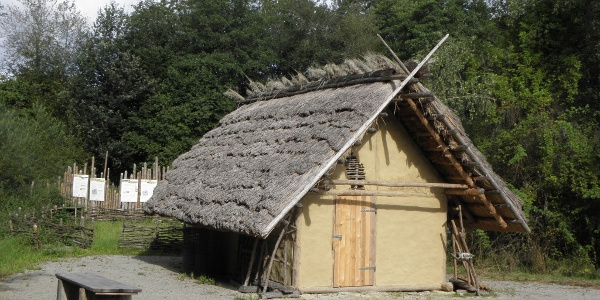 Jungsteinzeitliche Häuser im Moor