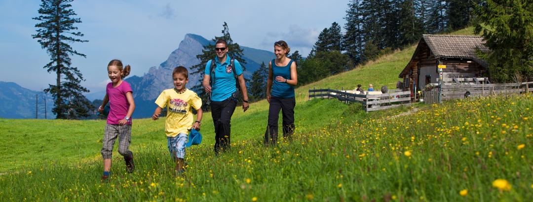 Familie mit Kinder auf der Heidialp (Ochsenberg).