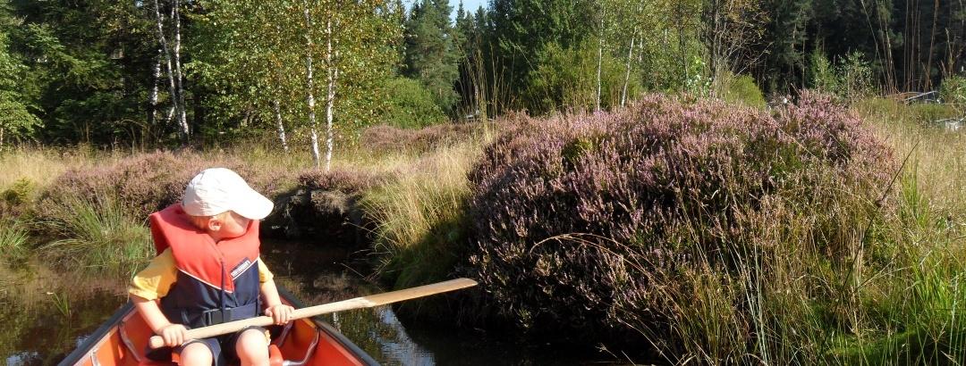 Kanu fahren am Ufer des Stausees