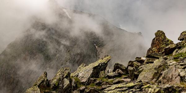 Wolken umhüllen den Gipfel
