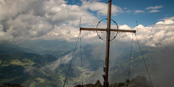 Gipfelkreuz mit Mayrhofen tief im Tal