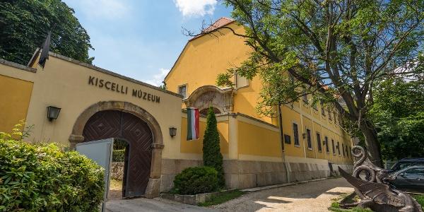 A park szélén álló múzeum