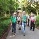 2 Dürscheider Pilger ziehen den Stein auf dem alten Prozessionsweg von Münster nach Telgte