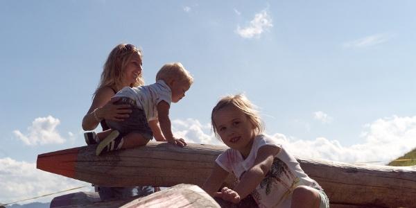 Kinder klettern auf den Kletterstiften