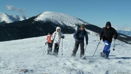 Schneeschuhwandern beim alten Almhaus