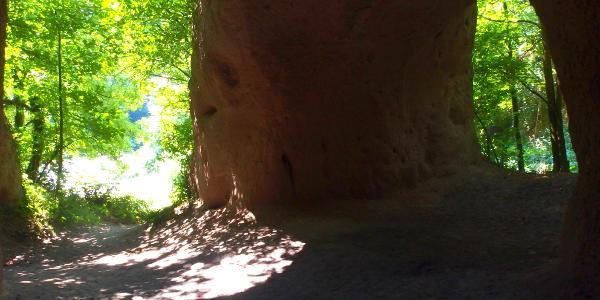 Auf dem Höhlen- und Schluchtensteig in den begehbaren Trasshöhlen