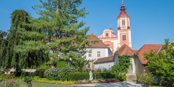 Aussicht vom Schlosspark Pöllau auf die Pfarrkirche Pöllau