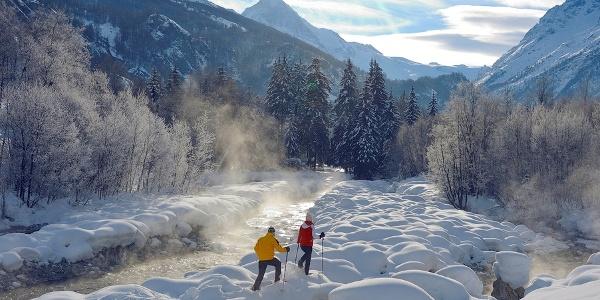 Schneeschuhwanderer am Bachbett unterhalb des Lac Bleu