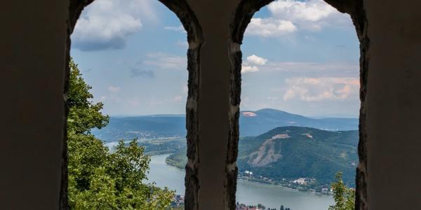 Fenster in der mittleren Etage des Julianus-Aussichtsturmes