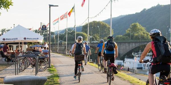 Radfahrer am Moselufer in Trier