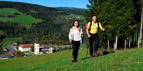 Wanderer auf dem Weg nach Pisweg