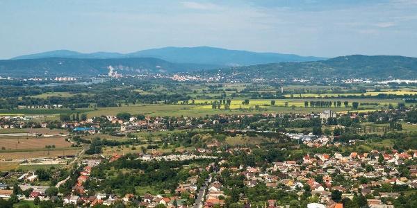 Pohľad na Kováčovské kopce v pozadí s pohorím Börzsöny (vrch Hegyes-kő)