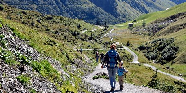 Im Kanton Graubünden nutzen Biker und Wanderer die gleichen Trails: Weg vom Partnunsee hinunter zum Brückli.