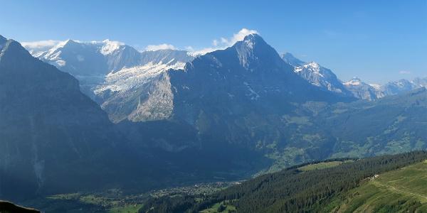 Blick von First auf Grindelwald mit Eiger.