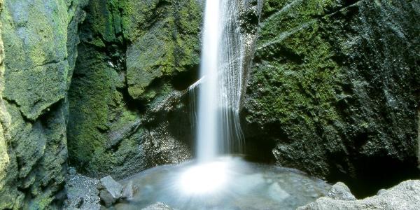 Wasserfall am Ende einer Schlucht in Þórsmörk