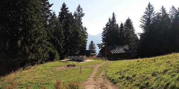 Skihütte  Bazora mit wasserführendem Brunnen.