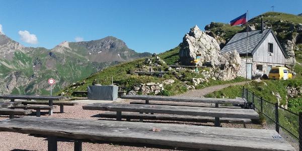 Von der Terrasse blicken wir auf den Tschingel., 2541 m.