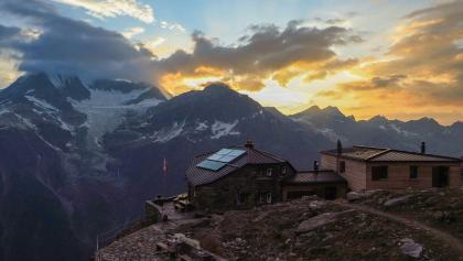 Domhütte im Sonnenuntergang