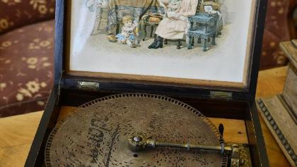 Grammophon mit Lochplatte im Kreismuseum Bitburg