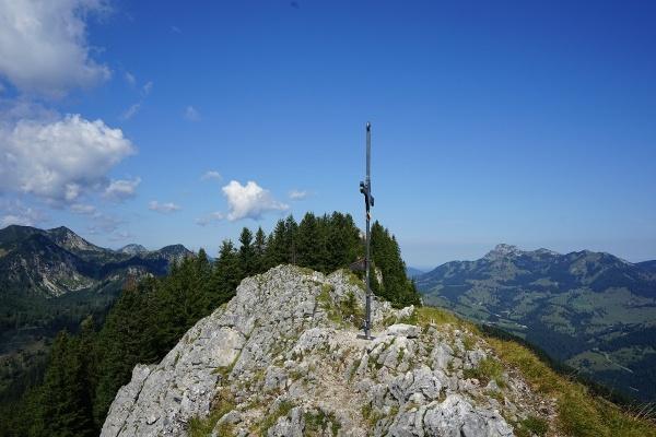 Brünnsteingipfelkreuz mit Blick zum Wendelstein