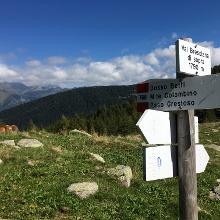 Wegweiser bei Mga. Val Bresciana sup. mit Blick nach Norden