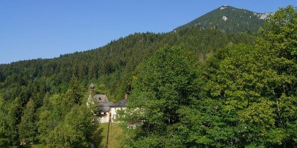 Die Wallfahrtskirche Birkenstein liegt am Fuß des Breitensteins im Wald