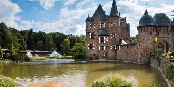 Die mittelalterliche Wasserburg Burg Satzvey als Start- und Endpunkt