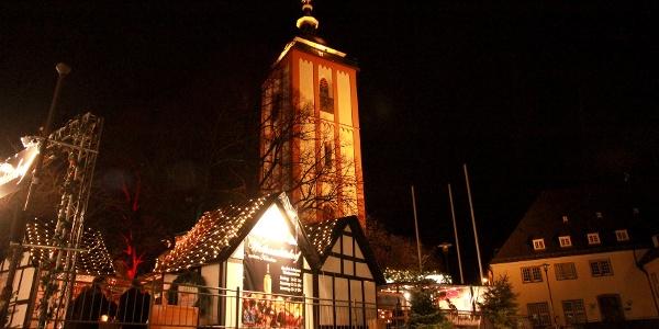 Die Nikolaikirche mit dem angestrahlten vergoldeten Krönchen in weihnachtlicher Stimmung
