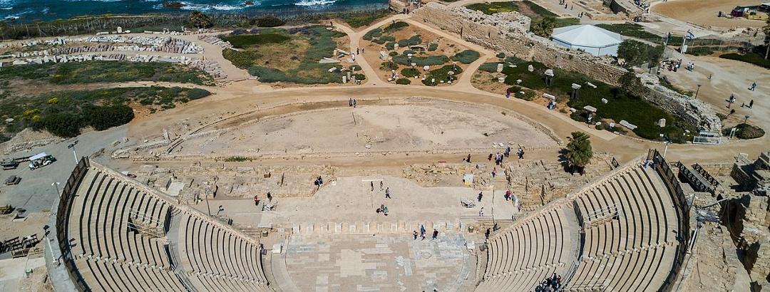 מבט מהאוויר על התיאטרון הרומי בגן הלאומי קיסריה