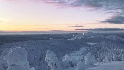 Die längste Wintertrailvariante am Valtavaara wartet mit einem atemberaubenden Blick auf das Ruka Ski Resort auf