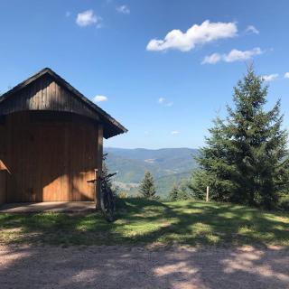 Schutzhütte mit wunderschönem Ausblick auf der Hermersbergerhöhe