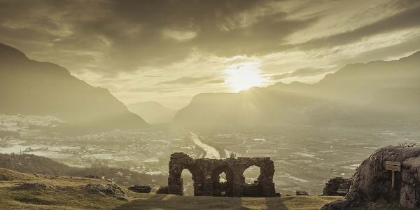Der sagenumwobene Hügel von Castelfeder im Südtiroler Unterland zählt zu den archäologisch reichhaltigsten Plätzen Südtirols und kann von verschiedenen Ausgangspunkten aus erwandert werden