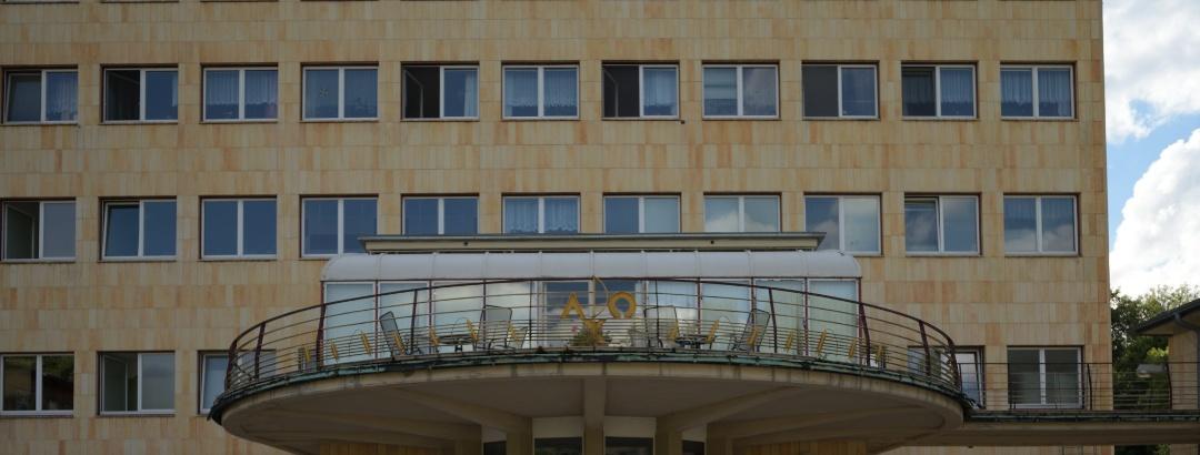 """Der Balkon bildet das Gegenüber zum Eingang in den Kirchsaal nach Osten. Ein Wintergarten bildete das """"Wohnzimmer"""" der Schwesternschaft."""