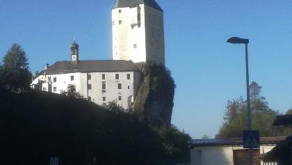 Die Wallfahrtskirche Mariastein im Tiroler Unterland. Markant der 42 Meter hohe Wehrturm aus dem Jahre 1360.Startpunkt der Etappe Mariastein nach Mariathal des Marienweges.
