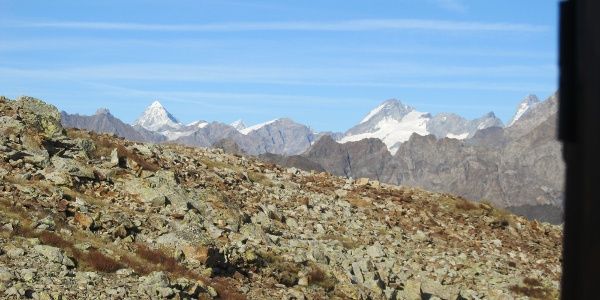 Blick durchs Fenster vom Biwak Penne Nere zum Matterhorn