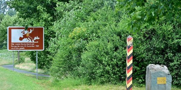 Gedenktafel und Grenzstele Straße zwischen Nentschau und Posseck