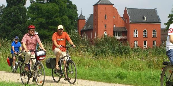 Radler vor dem Schloss Bloemersheim
