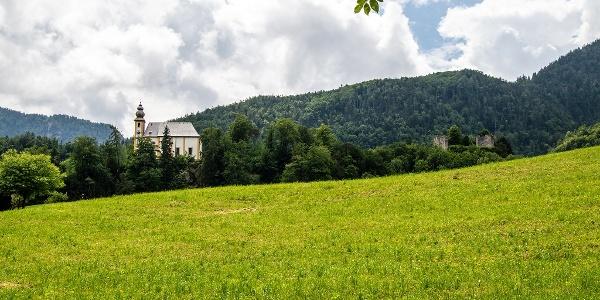 Blick zur Pankrazkirche und der Burgruine Karlstein