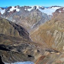 Aussicht vom Gipfel auf die Hintereisspitzen und den Gepatschferner. Unten im Rofental leuchtet das Hochjoch-Hospiz in der Sonne.