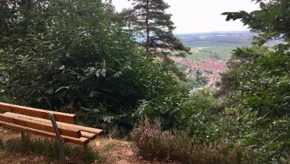 Sitzbank mit Aussicht am Wegesrand