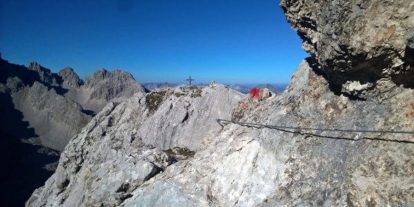 Blick zum Gipfelkreuz des hinteren Tajakopfs
