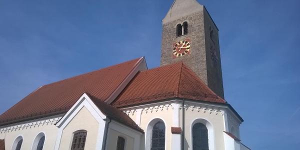 vor der Kirche nach links der Friedhofsmauer folgen