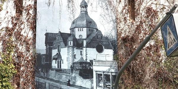 Ein großformatiges Foto auf der Wand des Aktiven Museums zeigt die Siegener Synagoge vor der Vernichtung am 10.11.1938