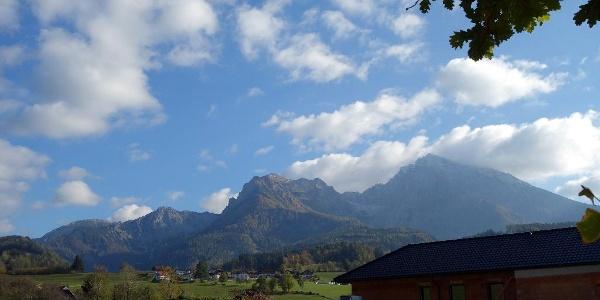 Das Gipfelziel (Mitte) von Fahrenberg