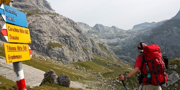 Blau markiert zum Klettersteig Sulzfluh.