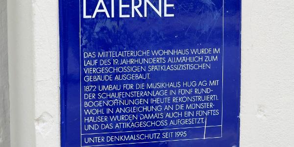 Infotafel an mittelalterlichem Zürcher Wohnhaus.