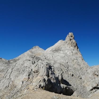 Los Urrieles. Links neben der markanten Felsnase befindet sich das Felsenfenster. Im Hintergrund steht der Pico Tesorero.