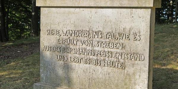 Schrifttafel am Denkmal