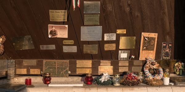 emléktáblák a pákozdi Don-kanyar Emlékkápolnában